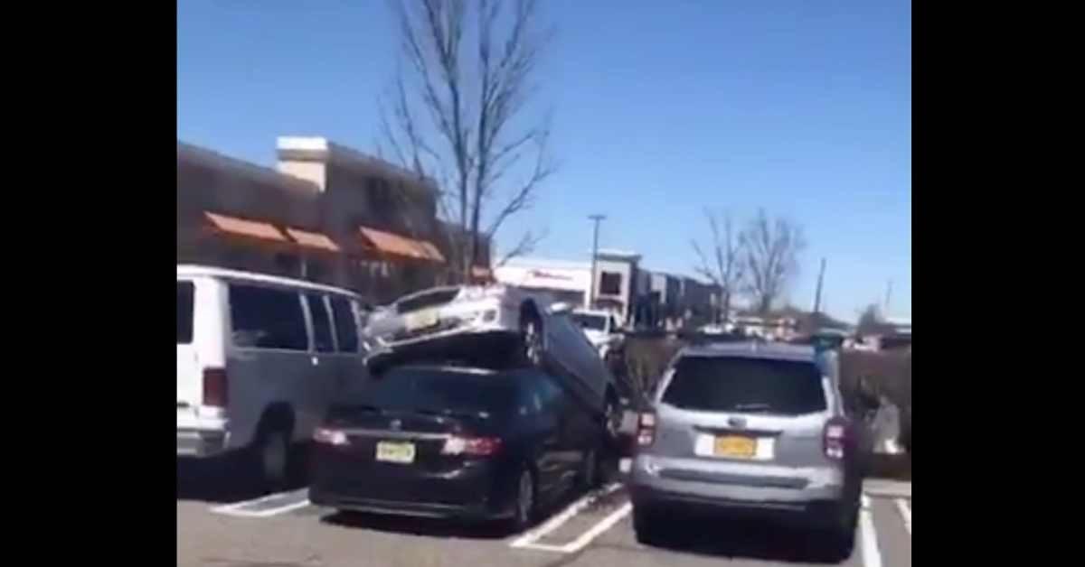[PR NEWS] อุบัติเหตุเกิดขึ้นได้ทุกแบบ | รถ Mercedes จอดอยู่เหนือ Toyota